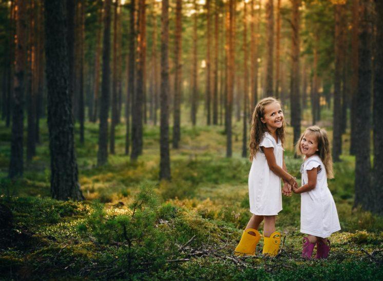Lapset metsässä, kids in the forest