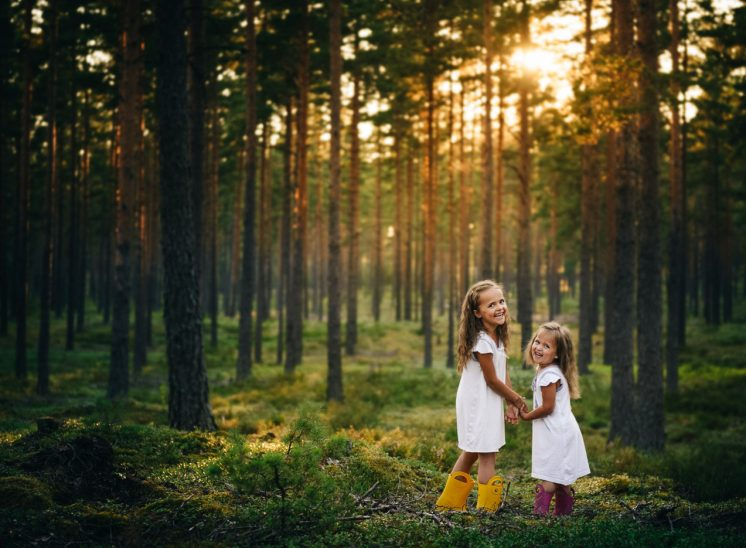 Lapset metsässä, children in the forest
