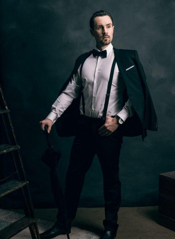 gentleman in a suit mies puvussa