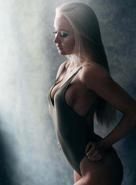 fitness glamour portrait of a finnish female wearing a green body boudoir valokuvaus