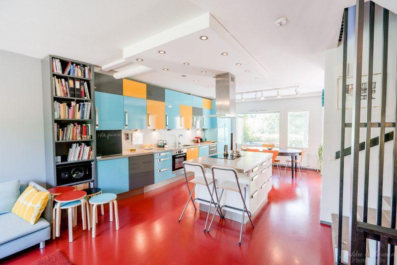 asuntokuvaus helsinki punainen keittiö